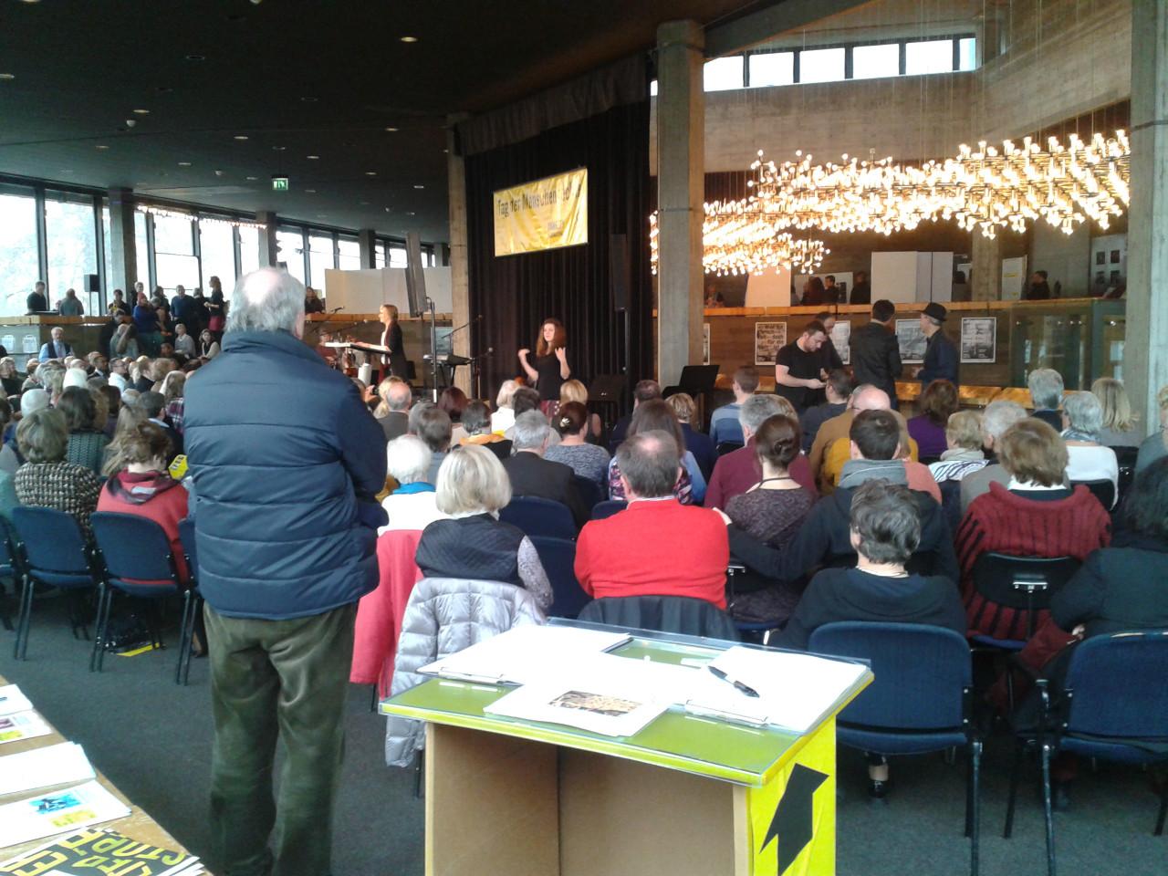 Besucher beim Tag der Menschenrechte 2016 in Ingolstadt