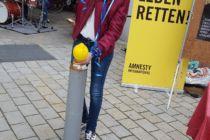 Spaß mit den leuchtend gelben Amnesty-Luftballons