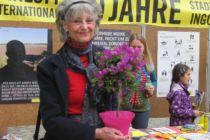 Gratulantin Gaby Casper von der Eichstätter Amnesty-Gruppe