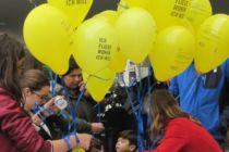 Viele Amnesty-Luftballons am Infostand.