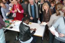Auma Obama signiert ihre Bücher beim Tag der Menschenrechte