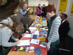 Unterschreiben am Gudruhn Riehl am Tag der Menschenrechte 2012